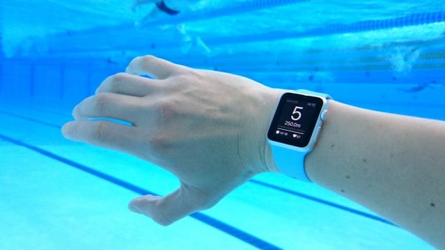 """Tohle neměly přežít: Apple Watch fungovaly i po půlročním """"koupání"""" v moři"""