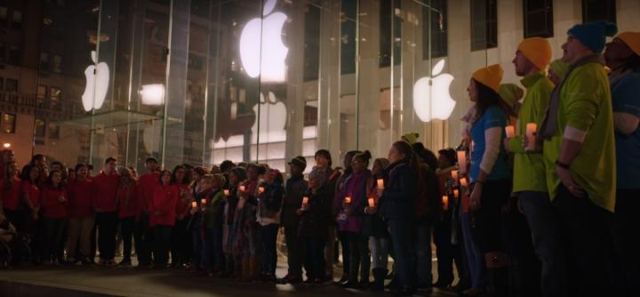 Šťastné a veselé: Zaměstnanci Microsoftu zazpívali před newyorským Apple Store vánoční koledu