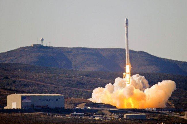 Přichází nová éra kosmonautiky. SpaceX se podařilo úspěšně přistát s prvním stupněm rakety