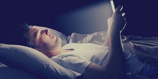 Modré světlo z obrazovek počítačů a telefonů narušuje spánek. Jak se bránit?