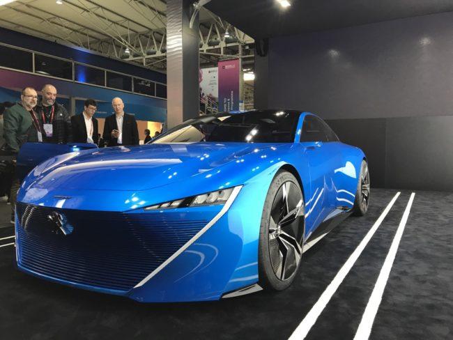 Peugeot na MWC odhalil koncept samořiditelného vozu s umělou inteligencí