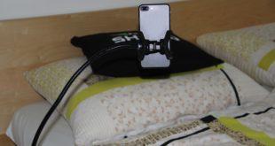 Tohle skutečně existuje: test držáku na telefon, který uchytíte třeba k posteli