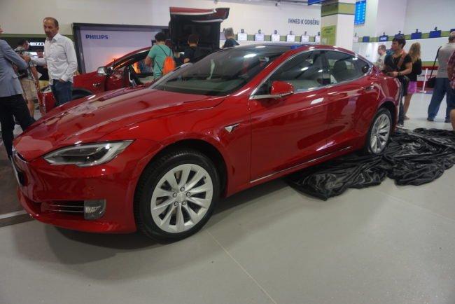 Elektromobily jsou vystaveny přímo v showroomu Alzy na pražských Holešovicích