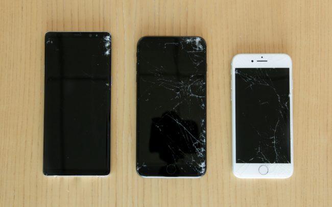355a915bf Když Apple představoval letošní iPhony, tvrdil, že jejich skleněná záda  jsou díky speciální zpevňující vrstvě odolnější než veškerá skleněná  konkurence.