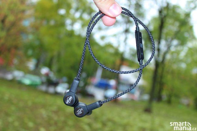 Sluchátka mají jednu velmi praktickou funkci: jakmile chcete přestat poslouchat hudbu, stačí je magnety přiložit k sobě, čímž dojde k jejich vypnutí a odpojení od telefonu.