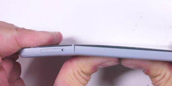 Google Pixel 2 vtestu odolnosti: snadno jej poškrábete i ohnete
