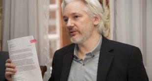 Zakladatel WikiLeaks Julian Assange byl po letech ukrývání se na ambasádě zatčen, hrozí mu vězení