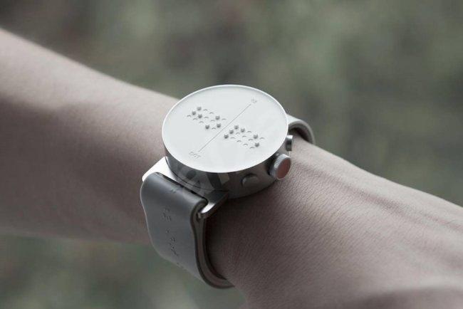 a150336b2 Na konci května se na českém trhu objeví nové zařízení, které pomohou  osobám se zrakovým postižením. Půjde o speciální chytré hodinky Dot Watch,  ...