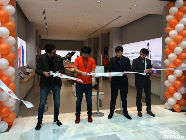 V 11:00 došlo k symbolickému přestřižení pásky a otevření prvního Mi Store v České republice
