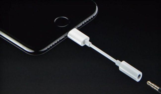 V balení letošních iPhonů má podle nejnovějších informací chybět redukce z Lightningu na 3,5mm jack