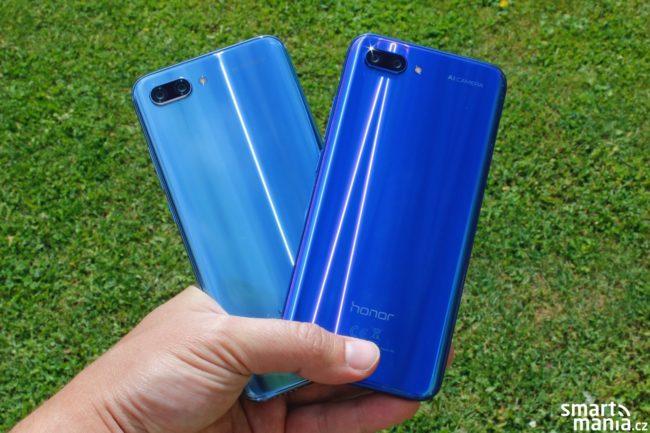Honor 10 v šedivé variantě, která se mění do modré (vlevo) a v modré variantě, která se mění do fialové (vpravo)