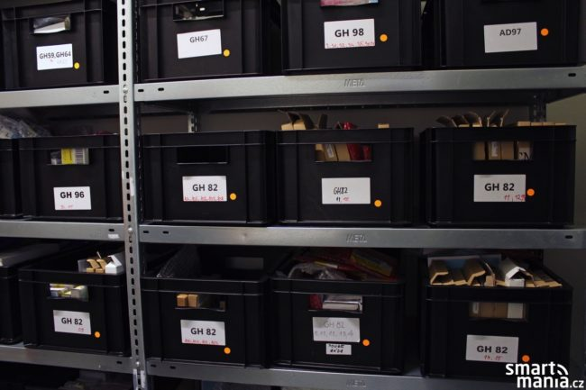 V těchto krabicích čekají náhradní díly, které se používají v rámci hodinových oprav.