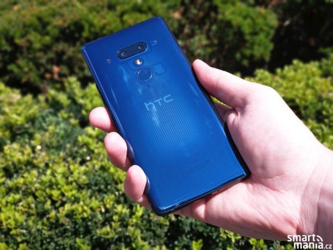 HTC U12+ v modré barvě s průhlednými zády