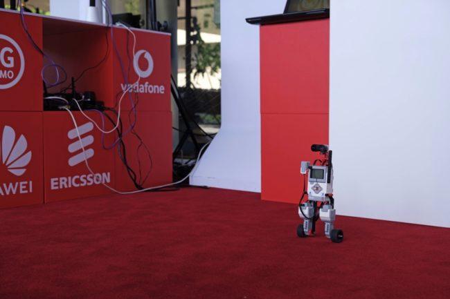 Robot, který v 5G síti bez problémů balancuje díky nízké odezvě. V LTE síti by takto nevydržel a ihned spadnul.
