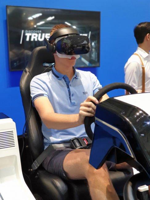VR simulátor automobilových závodů si v Berlíně vyzkoušel i kolega Petr Uhlíř