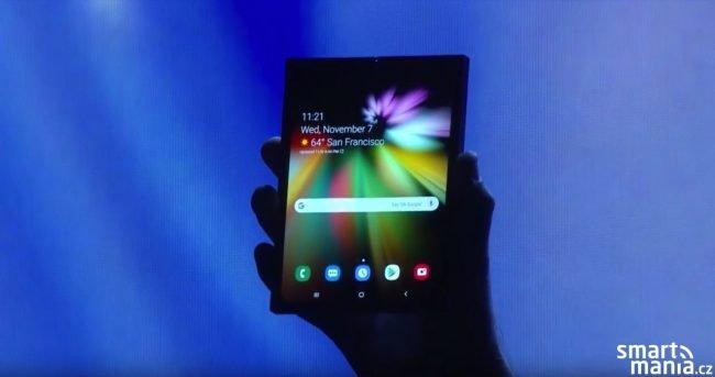 Prototyp zařízení od Samsungu s ohebným displejem (listopad 2018). Jak moc se od něj bude finální verze lišit se dozvíme už 20. února.