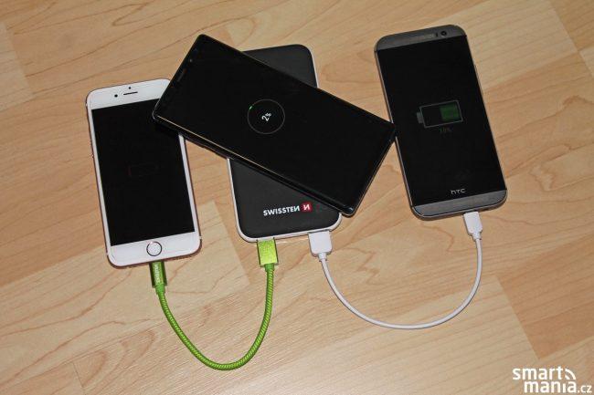 Dobíjíme tři telefony současně. Dva přes kabel, třetí bezdrátově.