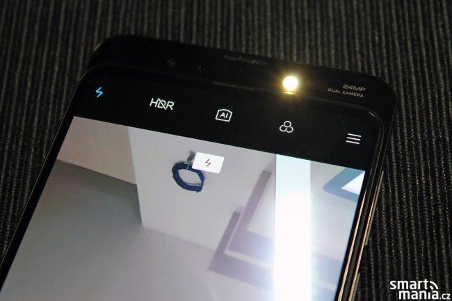 Přisvětlovací diodu najdete i u přední selfie kamerky