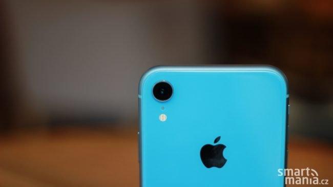 """Apple iPhone Xr má """"jen"""" jeden fotoaparát, který navíc poměrně výrazně vystupuje nad okolní povrch"""
