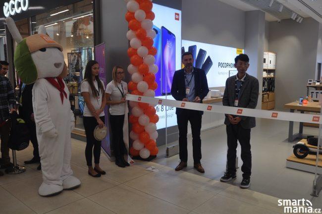 Slavnostní přestřižení pásky při otevření nového Mi Store v Českých Budějovicích