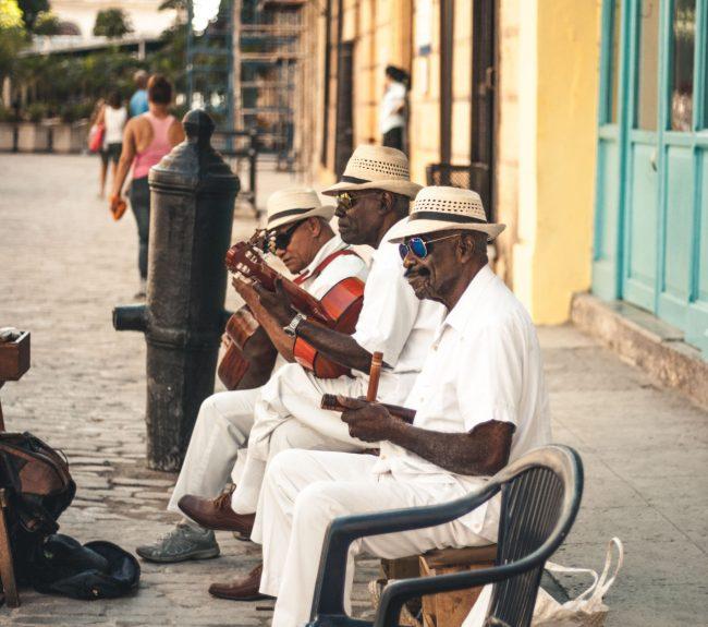 Fotografie zachycující dění na jedné z ulic hlavního města Havany.