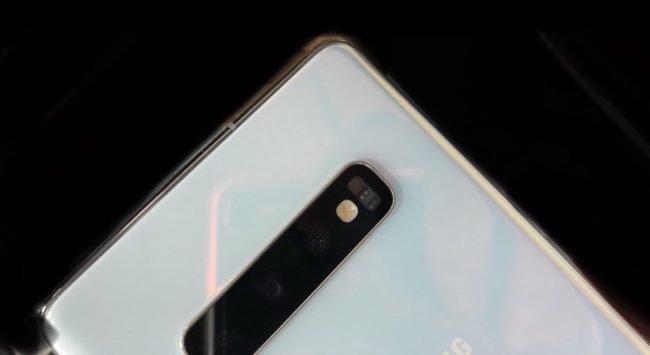 Evan Blass na Twitteru zveřejnil fotografii zadní strany Samsungu Galaxy S10 v bílé barvě