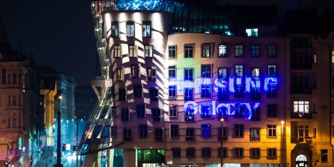 Samsung v Praze slaví dvojité výročí: Tančící dům rozzářila laserová show