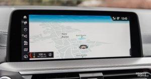 Navigace je online. Umí tak vyhledávat z Googlu a zná dopravní situaci.