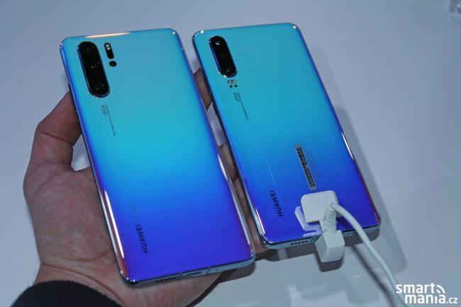 Huawei P30 Pro (vlevo) a Huawei P30