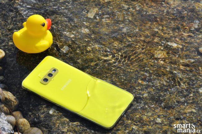 Samsung Galaxy S10e se díky stupni krytí IP68 vody nebojí