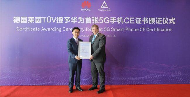 Zleva Bruce Lee, viceprezident divize Handset Business Huawei a Stefan Kischka, víceprezident TÜV Rheinland.