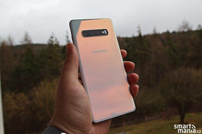 Zadní strana u námi testované varianty Galaxy S10+ vytváří při dopadání světla zajímavé barevné přechody