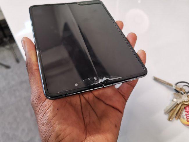 Tohle je Galaxy Fold známého YouTubera MKBHD, který rovněž nečetl varování a fólii se pokusil odstranit