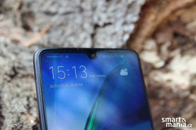 Huawei P30 nabízí malý kapkovitý výřez v displeji. V něm je ukryta selfie kamerka