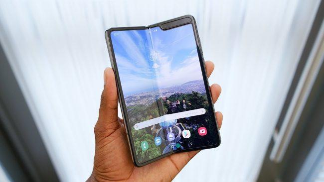 Samsung Galaxy Fold s ohebným displejem se dočkal vylepšení. Jaké změny výrobce provedl a kdy se dočkáme uvedení do prodeje?