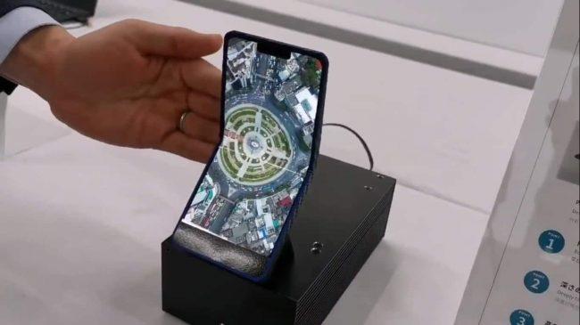 Sharp ukázal svůj ohebný smartphone. Jde na věc jinak než konkurence