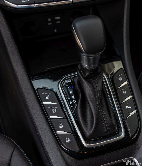 Tlačítkem vlevo dole přepínáte jízdní režimy. Elektrické auto (EV) nebo hybridní auto (HEV).