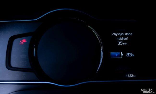 Je škoda, že o nabíjení vás neumí informovat aplikace v telefonu, ale jen displej ve voze. Z prázdné baterie do plné to bude trvat asi 2,5 hodiny.
