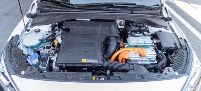 O pohon vozu se starají hned dva motory. Elektromotor s výkonem 45 kW a benzínová 1.6 s výkonem 77 kW. Převodovka je dvouspojková se šesti stupni.