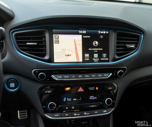Spousta tlačítek nevypadá moderně, ale z hlediska ergonomie není co vyčítat.