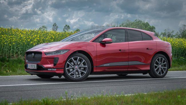 Velmi nízký těžiště, vzduchově nastavitelný podvozek, obří kola, ideální rozložení hmotnosti, pohon všech kol. Jaguar má všechny předpoklady pro skvělé jízdní vlastnosti. Jediným limitem je vyšší hmotnost. Ta se ale projeví až při nesmyslných rychlostech.