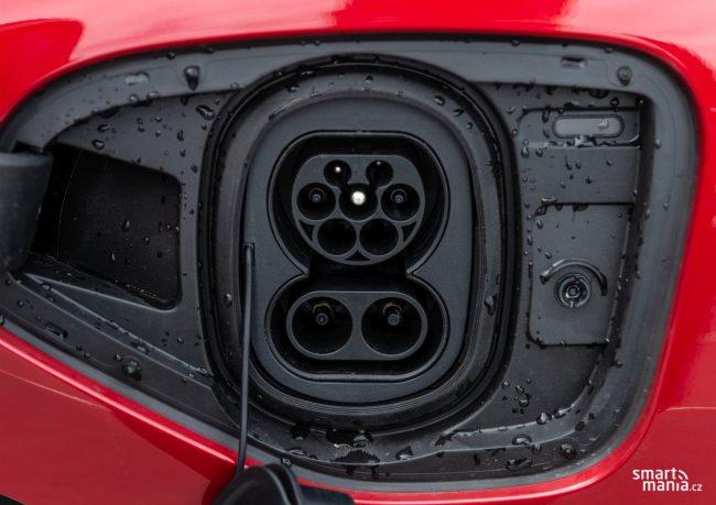 Od příštího roku tenhle pohled uvidíte často. Aby automobilky splnily emisní normy, budou muset ve velkém nasadit elektromobily a plug-in hybridy.