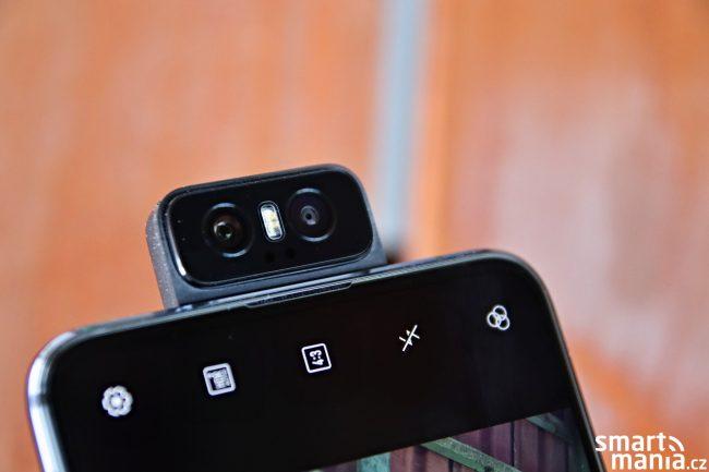 Pamatujete si na legendární film Číslo 5 žije? ZenFone 6 nám díky výklopnému fotoaparátu připomíná právě robota coby hlavního hrdinu.