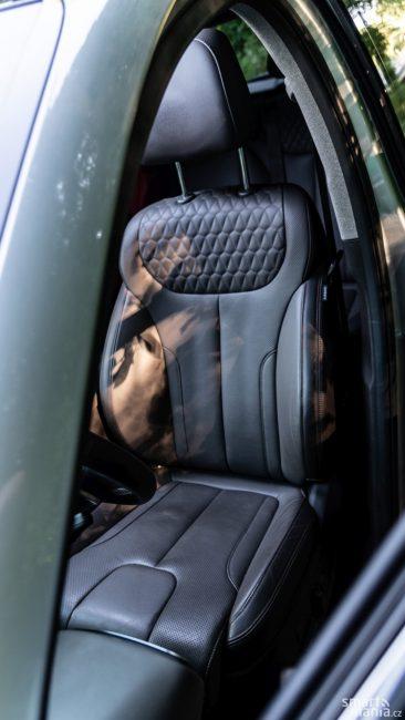 Komfortním sedadlům nechybí ani vyhřívání, ani odvětrávání.