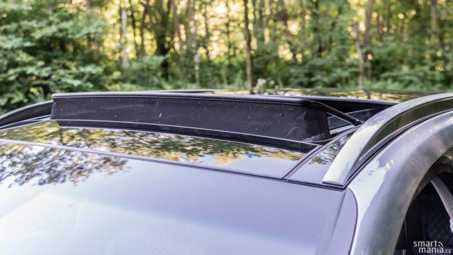 Velké panoramatické okno se dá i otevřít. I u nejvyšší výbavy za něj připlatíte 25 000 Kč.