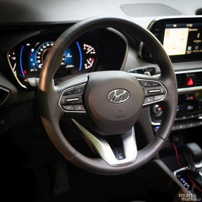Řízení jde zlehka. Zpětnou vazbu řidiči nedává, což se hodí k charakteru auta.