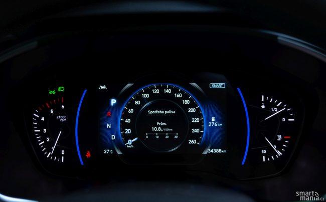 Velká část přístrojovky je tvořená displejem, Hyundai ale nevyužívá naplno jeho potenciál.