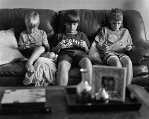 Také mladá generace se spolu tolik nebaví