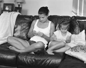 Rodiče s dětmi. Každý si hraje sám