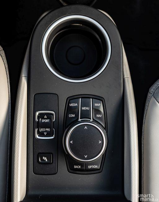 Displej není dotykový, což pro běžnou práci nevadí. U CarPlay ale dotyková obrazovka chybí.